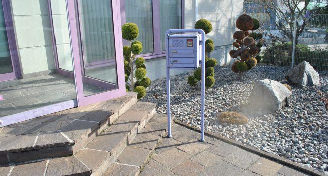 Neue Briefkastenanlage mit integriertem Aschenbecher